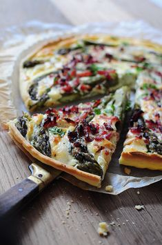 Quiche with green asparagus, bacon and goat's cheese