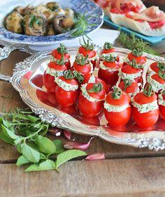 Coluna Food Tips - Receita de Mini tomates recheados com pasta de Queijos e Ervas, por Fabiana Pinfildi, do blog Figos e Funghis. Minis, Food Hacks, Healthy Recipes, Healthy Food, Food And Drink, Appetizers, Low Carb, Vegetables, Carne