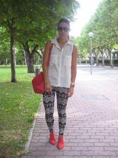 RomalosBlog Outfit  aztec print  Verano 2012. Combinar Camisa-Blusa Blanca Blanco, Leggings Blancos Stradivarius, Cómo vestirse y combinar según RomalosBlog el 10-9-2012