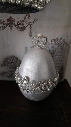 Easter egg in silver with large rhinestones The pictures speak for themselves and on one of the pictures is also a crown on .... it does not belong and are only for decoration. Egg is ready to buy and I only made one. Egg is 14 cm high and 9 cm Breedt Thanks for visiting