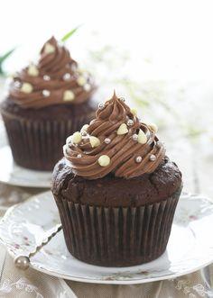 Sjokoladecupcakes er populært. Med nutella får glasuren en sjokolade- og karamellaktig smak. Fantastisk godt! De ser også lekre ut når du pynter med hvite sjokoladefigurer og sølvkuler. Nutella Cupcakes, Cupcake Heaven, First Bite, Cake Toppings, Scones, Frosting, Favors, Sweets, Snacks