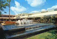 (7/12) Tapiontorin suihkulähde uutena 1960-luvulla.