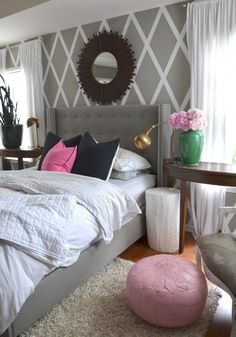 "Este quarto é super equilibrado! O rosa fica lindo com o cinzento e com o ""café com leite""! This bedroom is very balanced! Pink looks amazing with dark grey and with ""cafe-au-lait""!"