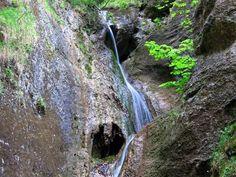Hlbocký vodopád.Nenáročný. Jednou z turistických atraktivít Súľovských skál je Hlbocký vodopád v minulosti nazývaný i Súľovským. Nachádza sa v lone prekrásnej Hlbockej doliny, len asi 1 km od obce Hlboké nad Váhom.