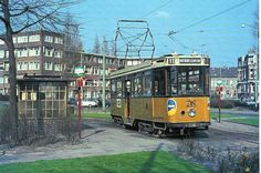 Bergselaan, eindpunt Lisplein( bij het oude Bergwegziekenhuis.) In de hoek achter de tram woonde in de 50er jarenmijn oma, een tante en een oom.
