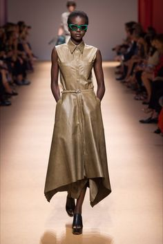 Salvatore Ferragamo Spring 2019 Ready-to-Wear Fashion Show Collection: See the complete Salvatore Ferragamo Spring 2019 Ready-to-Wear collection. Look 25 London Fashion Weeks, Milano Fashion Week, Milan Fashion, Trendy Fashion, Fashion Models, Fashion Outfits, Fashion Trends, Dress Fashion, Feminine Fashion