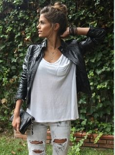 Distressed jeans, white t-shirt, and black leather jacket. perfect edgy casual outfit Distressed jeans, white t-shirt, and black leather jacket. perfect edgy casual outfit was last modified: September Fashion Mode, Look Fashion, Fashion Beauty, Autumn Fashion, Modern Fashion, Street Fashion, Rocker Fashion, Fashion News, Fashion Trends