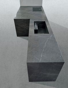 イタリア・ミノッティクッチーネ社は天然石を使ったキッチンでは世界一。「vesta」はラッカー塗装のキャビネットと5㎝厚の石板を組み合わせている。www.minotticucine.it
