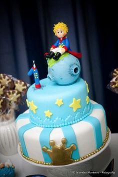 Hoje a nossa sugestão de tema para aniversário infantil de menino é o Pequeno Príncipe. O personagem faz sucesso há décadas na literatura infanto-juvenil e é fonte de inspiração para muitas festas.… Prince Birthday Party, Baby Birthday, First Birthday Parties, First Birthdays, Little Prince Party, The Little Prince, Prince Cake, Baby Party, Fondant Cakes