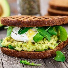 Avocadotoast mit Ei: Die Kombination aus Toast, Avocado und Ei machen dieses Sandwich zu einem leckeren Fitness-Snack.