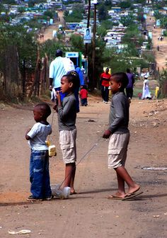 http://www.barbara-nowak-weltreise.de/fotogalerie/suedafrika/kidsplaying.jpg