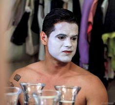"""Fidel Betancourt,(actor/director cubano)  Camerinos Teatro Galileo, Madrid. Preparación previa a su salida a escena en """"El Burgués Gentilhombre"""",Obra de Moliére.  Adaptación y dirección: Liuba Cid (Cuba)"""