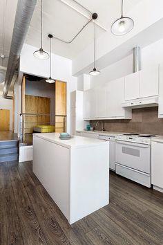 Rad Design ha llevado a cabo la remodelación de un apartamento en el centro de Toronto para un fotógrafo. En él encontramos una interesante mezcla de elementos de estilo vintage y modernos.  http://www.disenoyarquitectura.net/2014/11/loft-para-un-fotografo-rad-design.html