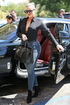 The Kardashian sisters transformed a simple parking lot into a runway while stepping out to lunch Tuesday where Khloe donned a busty black blouse and Kourt sported leather shorts. Khloe Kardashian Outfits, Khloe Kardashian Photos, Koko Kardashian, Estilo Kardashian, Kendall Jenner Outfits, Kardashian Workout, Kardashian Fashion, Robert Kardashian, Kardashian Family
