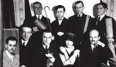Man Ray - Le groupe dada, vers 1922   Serge Charchoune, Philippe Soupault, Tristan Tzara, Paul Chadourne, Georges Ribemont-Dessaignes, Mme Soupault, Jacques Rigaut, Paul Éluard, Man Ray