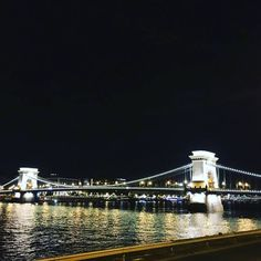 TheSzéchenyi Chain Bridge is a suspension bridge that spana over the Danube between Buda and Pest. 🌉💙📷 It was the first permanent bridge across the both, western and eastern sides of Budapest, the capital of Hungary. 🔭 . . . . #katesborondinbudapest #katesborond #myborond #budapest #buda #pest #lights #amazing #loveit #nightlights #nightout #bridge #chainbridge #hungary #ig_europe #igers #ig_hungary #travel #travelgram #instadaily #instapic #goodvibes #instamoment #travelling #landscape
