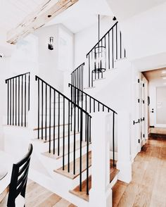 45 Modern Farmhouse Style Decorating Ideas on a Budget www. 45 Modern Farmhouse Style Decorating Ideas on a Budget www. Modern Farmhouse Style, Farmhouse Style Decorating, Farmhouse Decor, Farmhouse Ideas, Farmhouse Style Homes, Modern Farmhouse Interiors, Style At Home, Staircase Design, Open Staircase