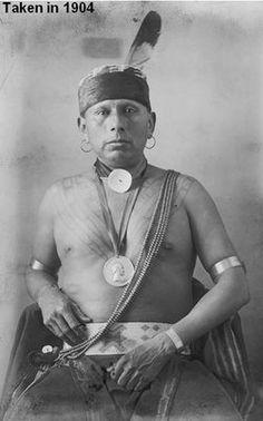 Star That Travels était né au Kansas, en 1860, soit une dizaine d'années avant le déplacement de la tribu vers sa réserve actuelle au nord-est de l'Oklahoma.  Élu chef principal en 1912,Il fut destitué de cette fonction l'année suivante, en 1913 par le ministre de l'Intérieur Walter L. Fisher sous l'accusation de corruption concernant l'attribution d'une concession de pétrole à une compagnie en 1906. Malgré cela la plupart des Osages  gardèrent confiance et le considéraient comme leur chef.