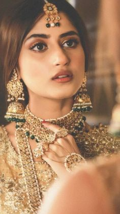 jewellery to wear with punjabi jutti Wedding Lenghas, Desi Wedding, Sajal Ali, Bridal Photography, Bridal Beauty, Indian Bridal, Aiman Khan, India Jewelry, Pakistani Actress
