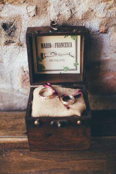 rustic ring holder http://weddingwonderland.it/2016/04/matrimonio-a-tema-vino-e-uva.html