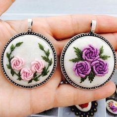 new brazilian embroidery patterns Hand Embroidery Flowers, Hand Work Embroidery, Learn Embroidery, Silk Ribbon Embroidery, Embroidery Jewelry, Hand Embroidery Patterns, Embroidery Kits, Brazilian Embroidery Stitches, Hardanger Embroidery