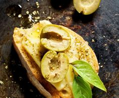Crostini con olive e fontina Olive, Antipasto, Fett, Tacos, Ethnic Recipes, Appetizer