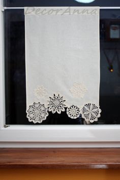 Curtain with crochet doilies short curtain window by DecorAnna wirkung Shabby chic curtain with crochet floral doilies, french cafe curtain, farmhouse country curtain, lace curtain, valance - height 40 cm Shabby Chic Curtains, Country Curtains, Cafe Curtains, Window Curtains, Doilies Crafts, Lace Doilies, Crochet Doilies, Cortinas Country, Rideaux Shabby Chic