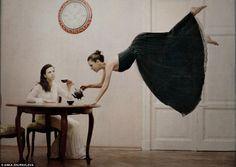 Anka Zhuravleva Assunzione di volo Un modello si siede a tavola come un altro galleggia nel tè versando mezz'aria