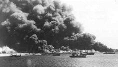 Rotterdam tijdens het bombardement van 11 mei 1940. In brand geschoten olietanks in Pernis
