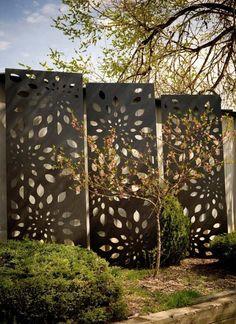 Zeitgenössische Gartenskulpturen: aus lasergeschnittem Metall.