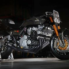 The vintage Honda CB motorcycles are a popular choice for building a cafe racer. Check out this selection of the 10 best custom Honda CB Cafe Racers! Cb Cafe Racer, Custom Cafe Racer, Cafe Racer Build, Cafe Racers, Honda Cbx 1050, Honda 750, Honda Motorcycles, Custom Motorcycles, Custom Bikes