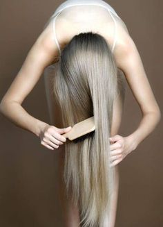 How to Get Healthy Hair - Hair-Care Tips - ELLE: use a natural bristle brush, it's less damaging and more gentle to hair. Always use a wide tooth comb if your hair is wet (and curly so it doesn't frizz when you brush it, like with a boar bristle brush) Ombré Hair, Grow Hair, Hair Dos, Blonde Hair, Ash Blonde, Ashy Hair, Blonde Color, Curly Hair, Cheveux Ternes