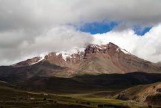 """Chimborazo, Ecuador  El Volcán Chimborazo está en Ecuador y es el """"el punto más cercano al Sol"""". No es que el Everest se haya encogido, sino que es un efecto debido a que el diámetro terrestre en la latitud ecuatorial es mayor que en la latitud del Everest. Así que, medido desde el centro de la tierra, es el punto más lejano del planeta al que puedes llegar sin volar"""