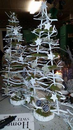 Witte kerstboompjes met decoratiettakken