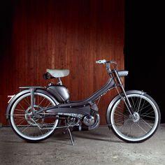 A cheval sur cette Motobécane custom Dans un garage à Montreuil, le collectif Bad Winners retape, en association avec les tatoueurs Bleu Noir, de vieilles Lambretta, Honda, Vespa… On craque totalement pour cette Motoconfort AV44 de 1960.