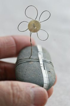 Rock and wire flower art/craft                                                                                                                                                                                 Más