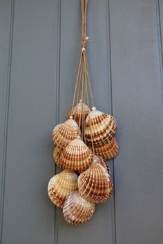 Verlängern Sie Ihren Urlaub mit diesem wunderschönen Fahrwerk ganz im Trend der Natur . Seashell Painting, Seashell Art, Seashell Crafts, Seashell Wind Chimes, Wind Chimes Craft, Glue Gun Crafts, Sea Crafts, Nature Crafts, Baby Crafts