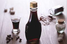 Il liquore al caffè fatto in casa è un perfetto per un fine pasto delizioso, realizzato con caffè della moka o caffè espresso.