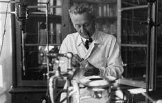 Szent-Györgyi Albert 75 éve kapta meg a Nobel-díjat Hungarian Nobel Prize In Physiology Or Medicine, Hungarian Paprika, Central And Eastern Europe, Heart Of Europe, Celebrity Gallery, Budapest Hungary, Famous Artists, Scientists, Ikon