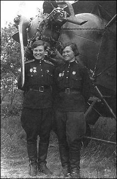 """""""Night witches"""" Nataly Meklin and Irina Sebrova. Women In History, World History, Military Women, Ww2 Women, Female Fighter, Female Soldier, Red Army, World War Two, Historical Photos"""