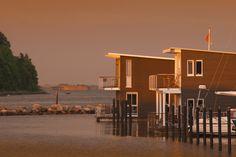 im jaich wasserferienwelt Rügen: Schwimmende Ferienhäuser an der Ostsee in Lauterbach auf Rügen in der Abendsonne
