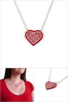 Collier coeur rouge aux volutes blanches - Bijoux fantaisie réalisés sur commande par @savousepate à partir de plastique recyclé (CD) - Idée cadeau femme / Saint Valentin