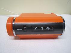 Huippumuotoiltu Sankyo-merkkinen sähkökello herätyksellä. Toimiva, ja lähes uudenveroinen. Maadoittamaton pistoke.  SOLD.