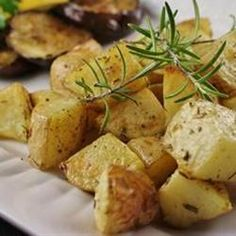 Healthier Oven Roasted Potatoes  This roasted potato side dish, made with less olive oil and more fresh herbs than the original recipe, is a healthy hit with everyone. Potato Side Dishes, Potato Sides, Vegetable Side Dishes, Vegetable Recipes, Potato Bar, Roasted Potato Recipes, Oven Roasted Potatoes, Seasoned Potatoes, Edamame