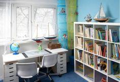 Meble w białym kolorze rozjaśniły wnętrze i dodały mu lekkości. Stojące tu przedtem małe biurko zostało zmienione na duże - dwuosobowe. Zrobiono je z gotowego blatu i dwóch komódek. Takie biurko, choć spore, zajmuje mimo wszystko mniej miejsca niż dwa osobne.