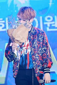 He always smells the flowers they get, that's the man I love || (170119) Seoul Music Awards