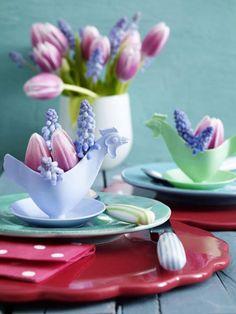 Schöne Ostertischdeko mit Tulpen und Perlhyazinthen. Noch mehr Ideen gibt es auf www.Spaaz.de