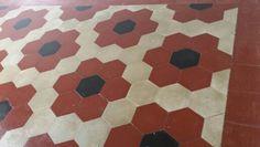 Recupero di cementine esagonali che formano fiori con cornice come un tappeto. Pavimento originale del 1920.Milano. Exagonal cement tiles as a flowers carpet. Original floor Milan 1920.