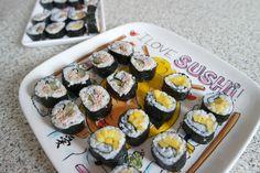 Zelf sushi maken lijkt moeilijker dan dat het is, hier een how to..… Ethnic Recipes, Party, Food, Essen, Parties, Meals, Yemek, Eten