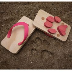Ashiato Sandals, designed by Kaz Shiomi of Kiko+, is based on a form of Japanese traditional footwear, geta, which is a cross between a clog and flip flops. Kids can create animal footprints as they. Animal Footprints, Wooden Sandals, Do It Yourself Fashion, Geek Gadgets, Cat Paws, Funny Pictures, Funny Memes, Funny Humour, Flip Flops